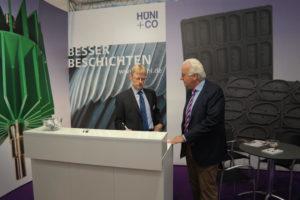 Edgar Cimander (Technik + Verkauf) und Peter Hüni (Geschäftsführer von HÜNI + CO) auf der Fakuma 2015