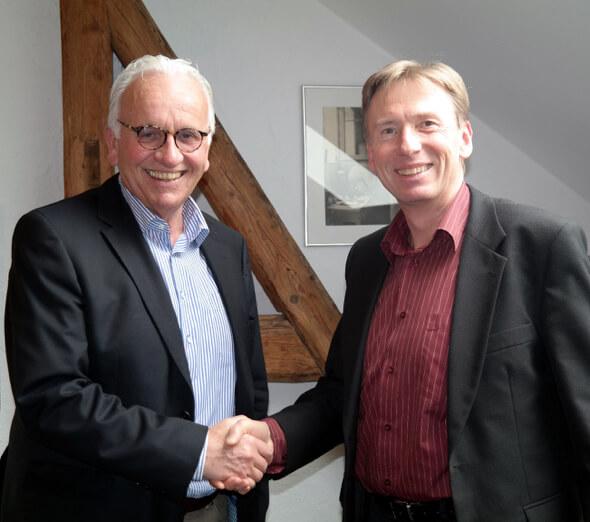 Beschliessen die Zusammenarbeit: Peter Hüni (Geschäftsführer von HÜNI + CO) und Herwig Leitner (Geschäftsfährer  von HerwiTec)
