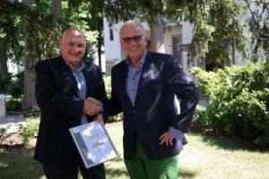 """Manuel Bezeiro, Area Manager der ILAG AG, überreicht die Urkunde """"preferred partner"""" an Peter Hüni, Geschäftsführer von HÜNI + CO."""